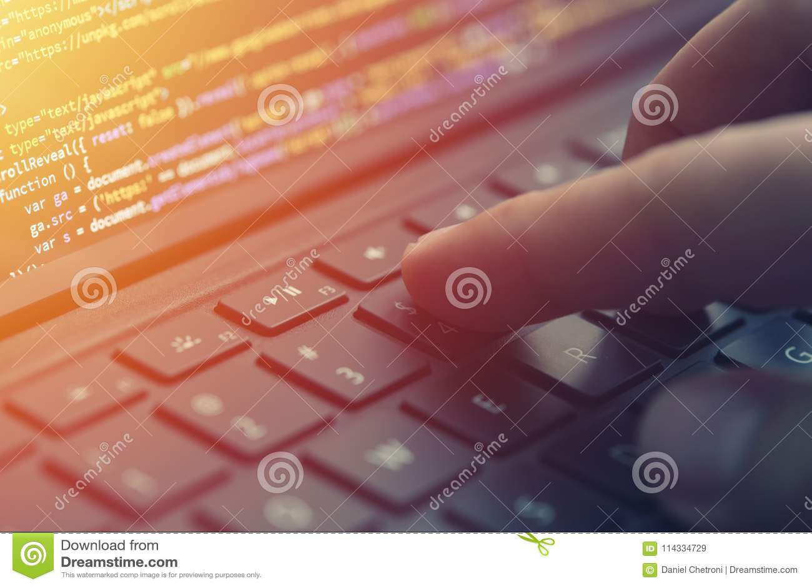 Nahaufnahmekodierung auf Schirm, Hände, die HTML kodieren und auf Schirmlaptop, Web-Entwicklung, Entwickler programmieren