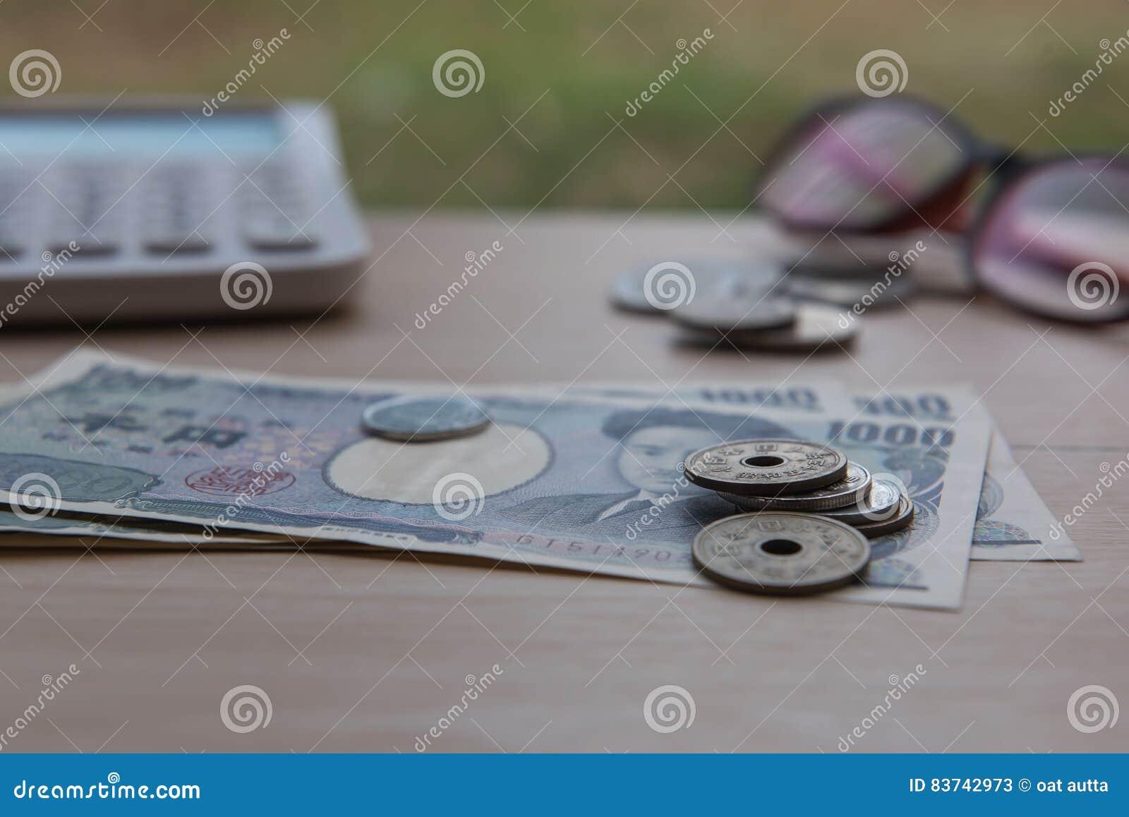 Nahaufnahmemünzenyen Und Banknoten Japaner Und Taschenrechner Auf