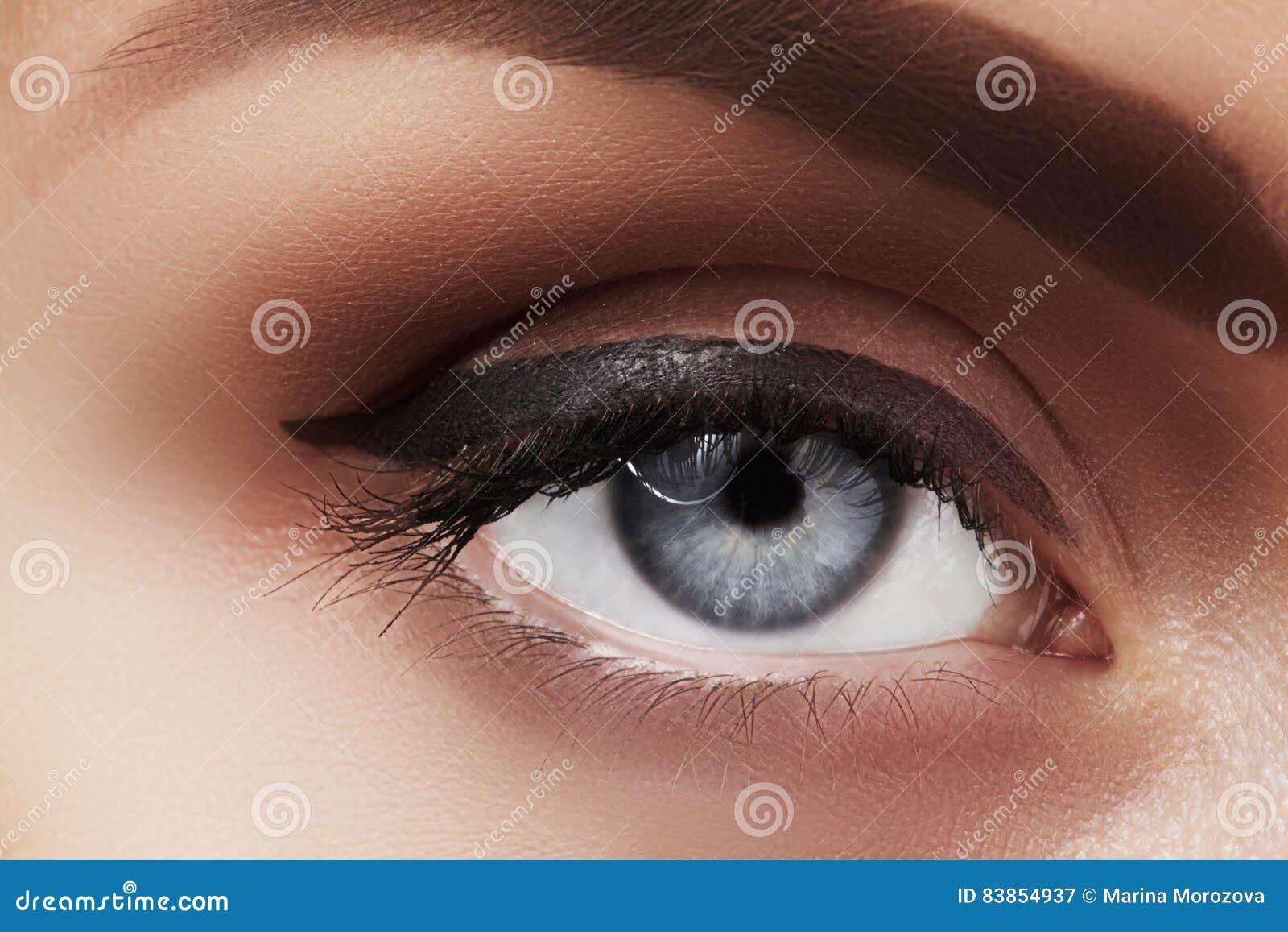 Nahaufnahmemakro des schönen weiblichen Auges mit perfekten Formaugenbrauen Säubern Sie Haut, Mode naturel Make-up Gute Vision