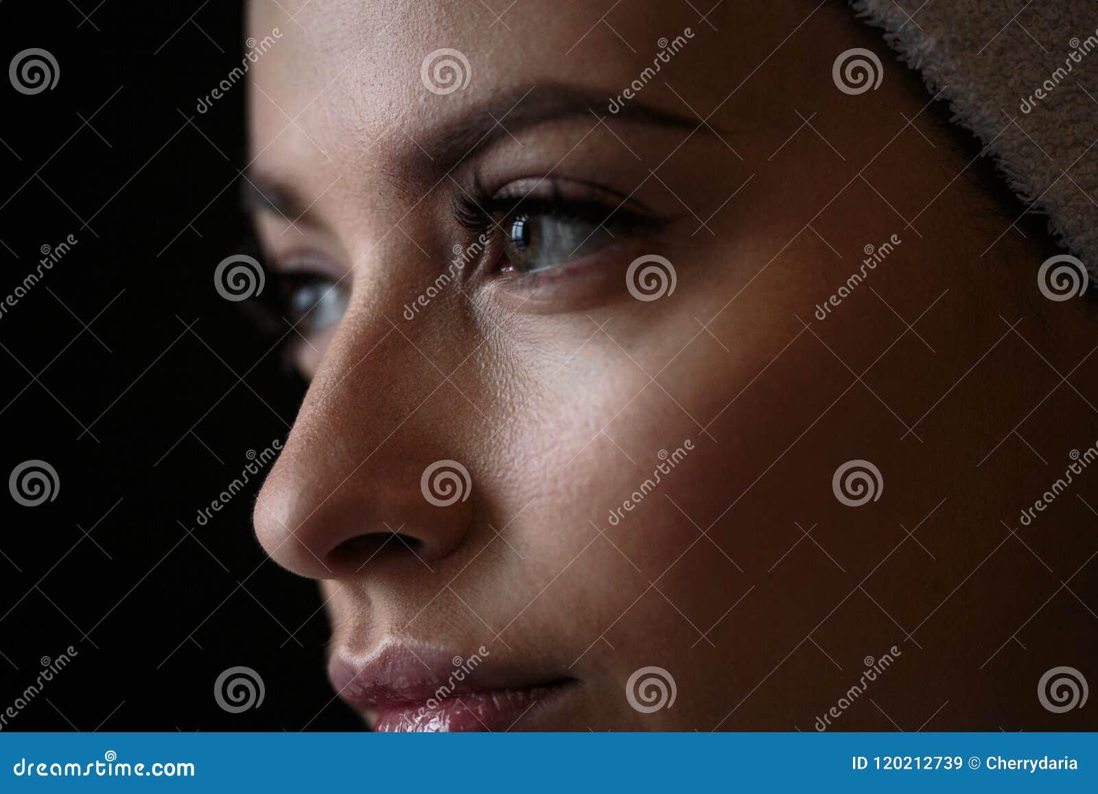Nahaufnahmemakrofoto von Frau ` s mustert mit langen Peitschen und natürlichem Make-up