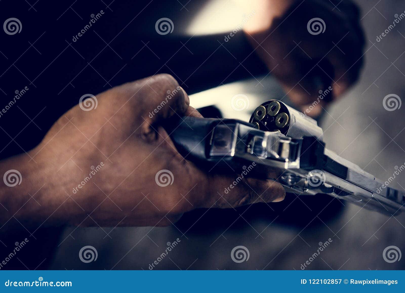 Nahaufnahmemann, der ein Gewehr hält