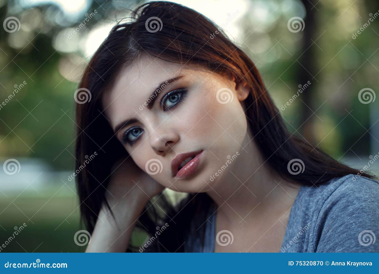Nahaufnahmeportrat Der Schonen Jungen Kaukasischen Frau Mit Dem