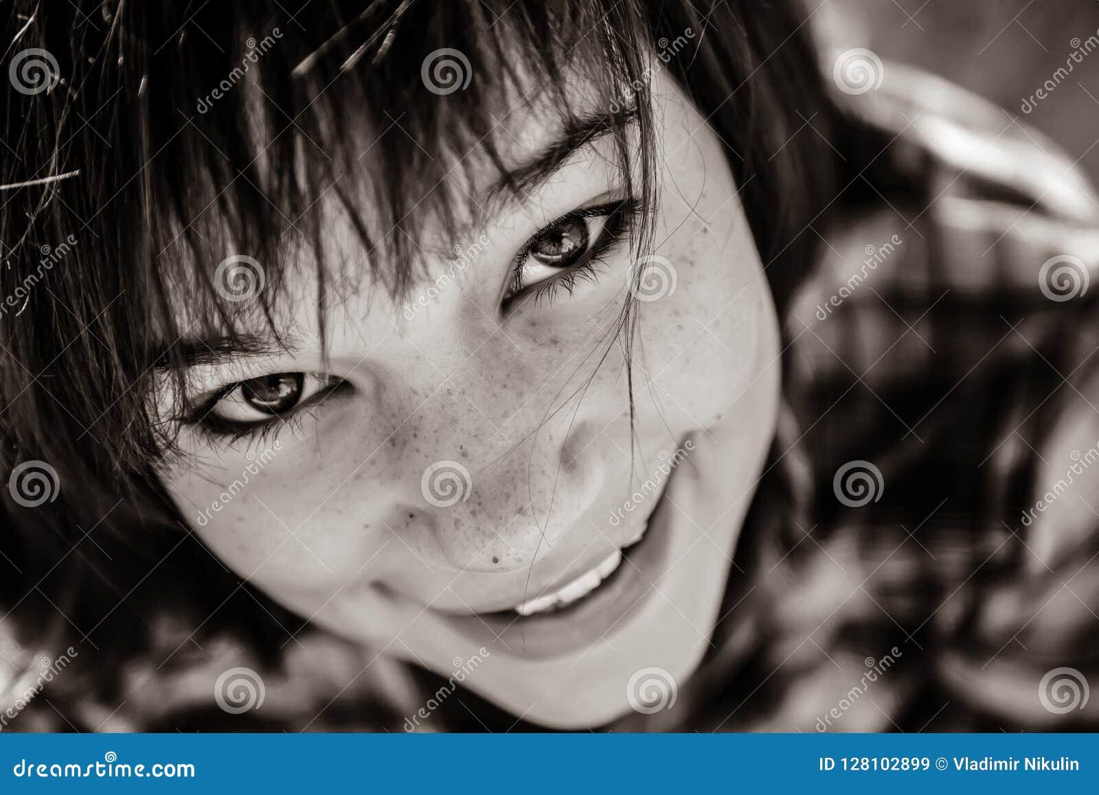 Nahaufnahmeporträt des schönen Brünettemädchens