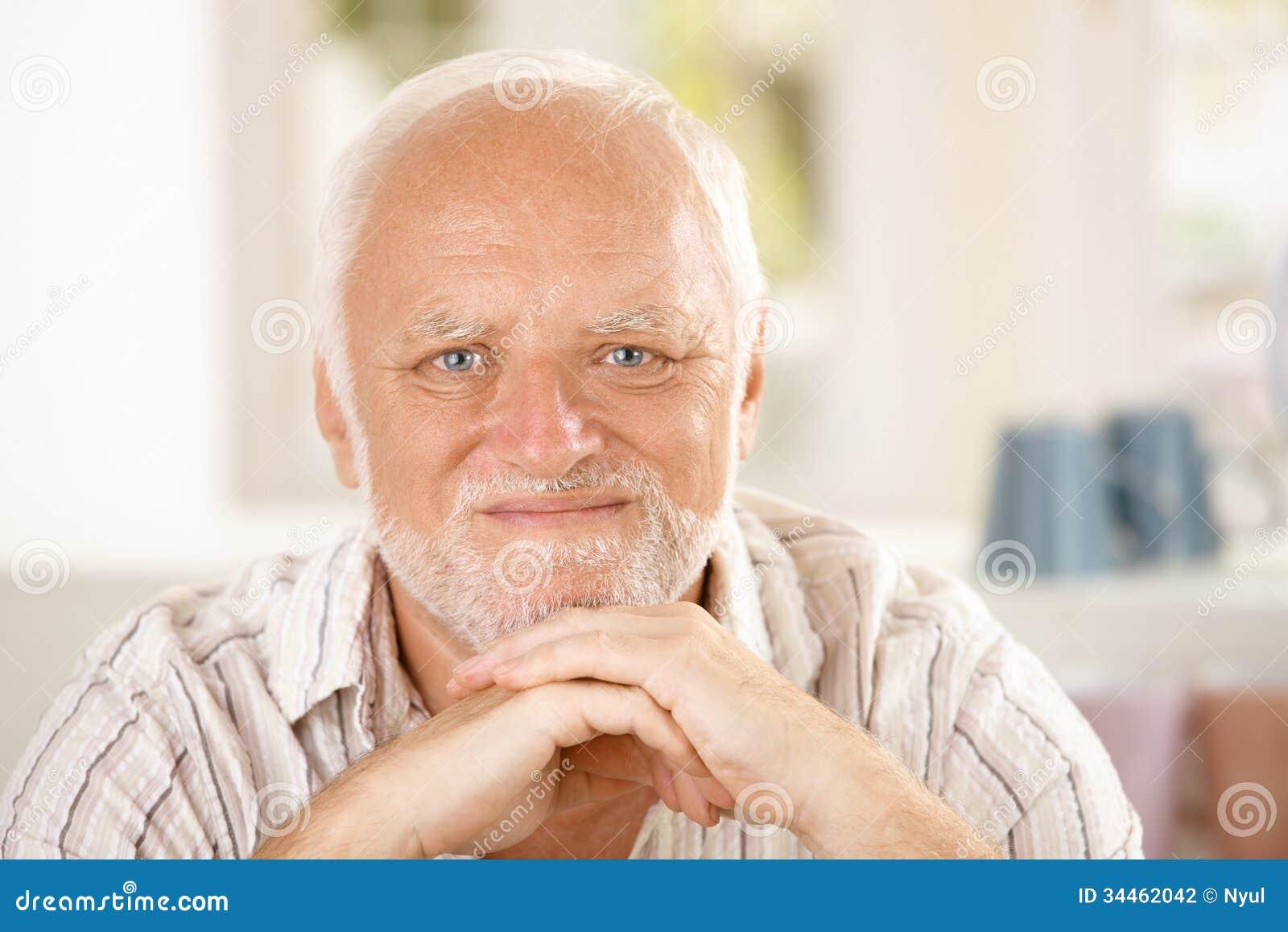 Nahaufnahmeporträt des zufriedenen Seniors