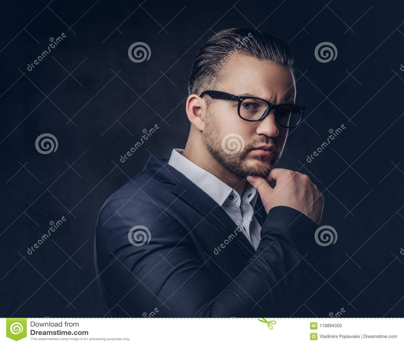 Nahaufnahmeporträt eines durchdachten stilvollen Geschäftsmannes mit ernstem Gesicht in einem eleganten Gesellschaftsanzug und in