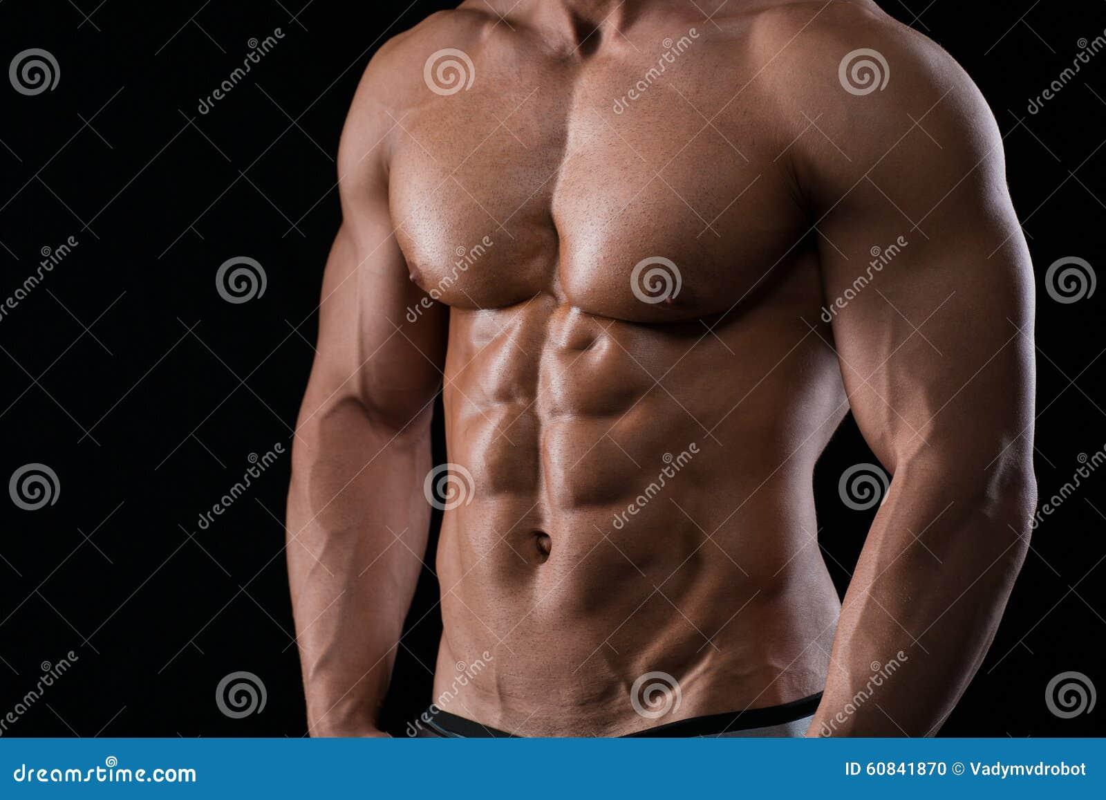 Nahaufnahmeporträt eines muskulösen männlichen Kastens