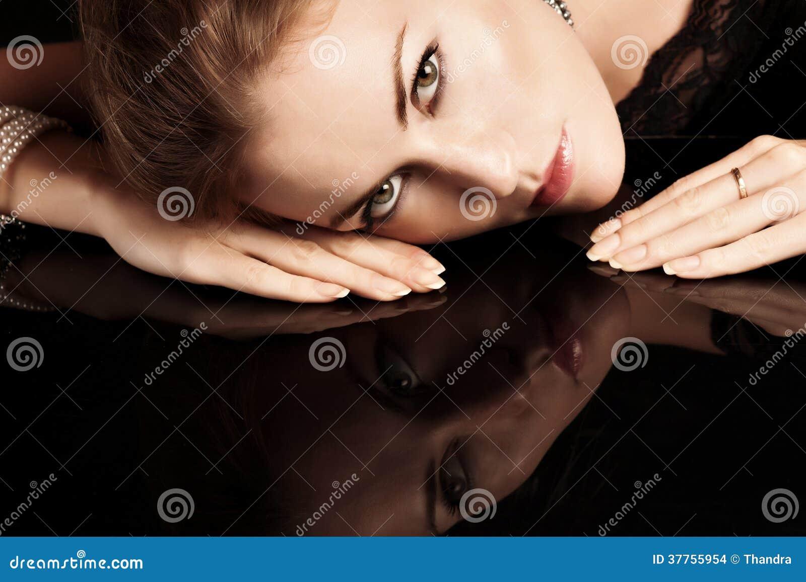 Nahaufnahmeporträt von Blondinen mit den roten Lippen