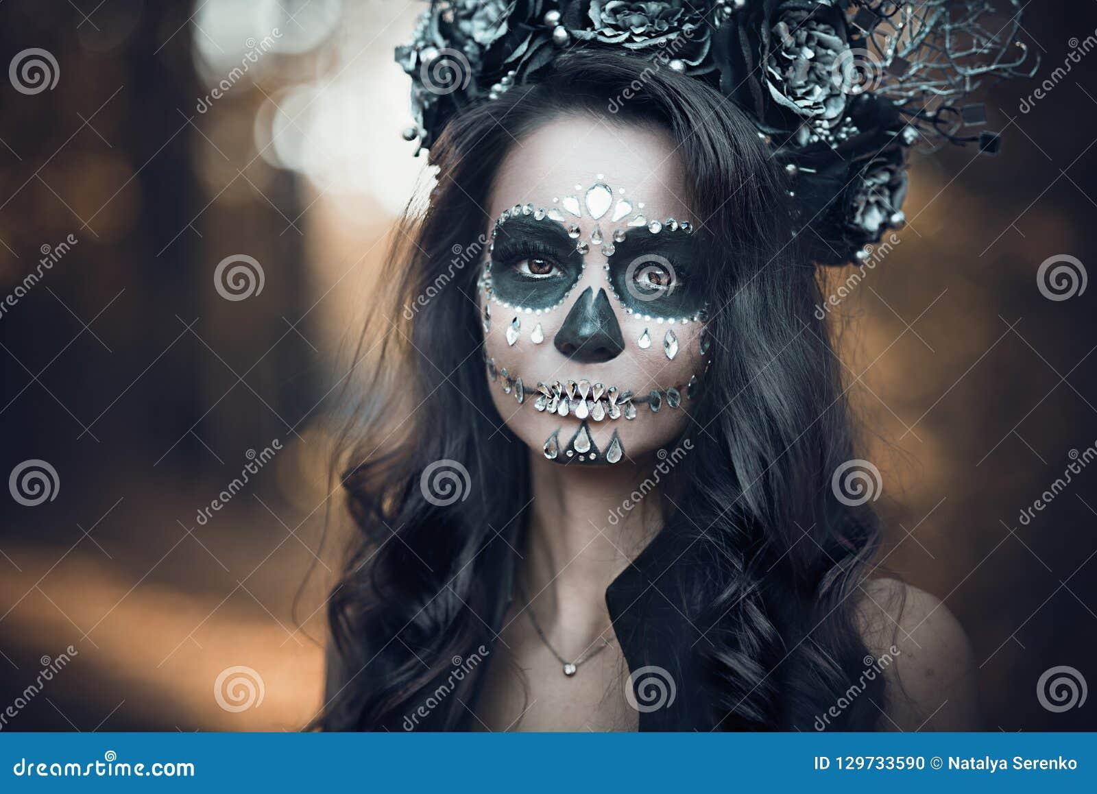 Nahaufnahmeporträt von Calavera Catrina im schwarzen Kleid Zuckerschädelmake-up Dia De Los Muertos Tag der Toten Halloween