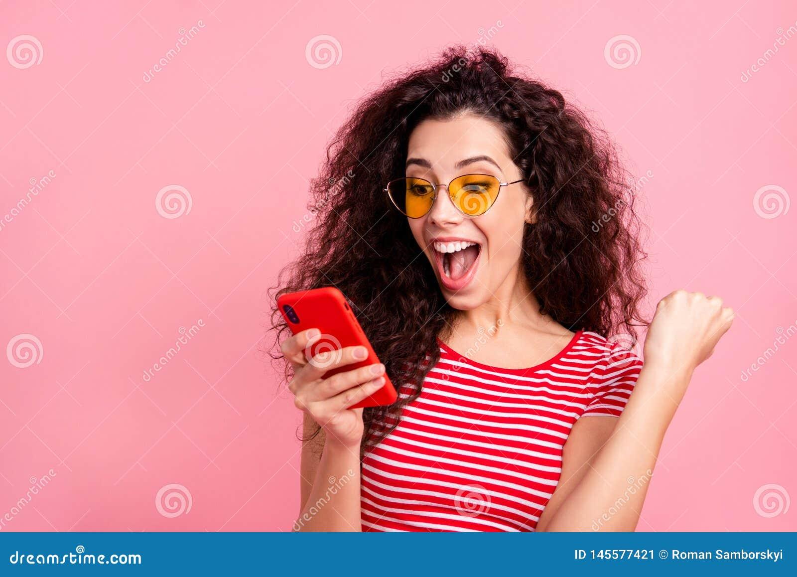 Nahaufnahmeporträt von ihr sie nettes heitres frohes ekstatisches gewellt-haariges des schön aussehenden reizenden attraktiven re