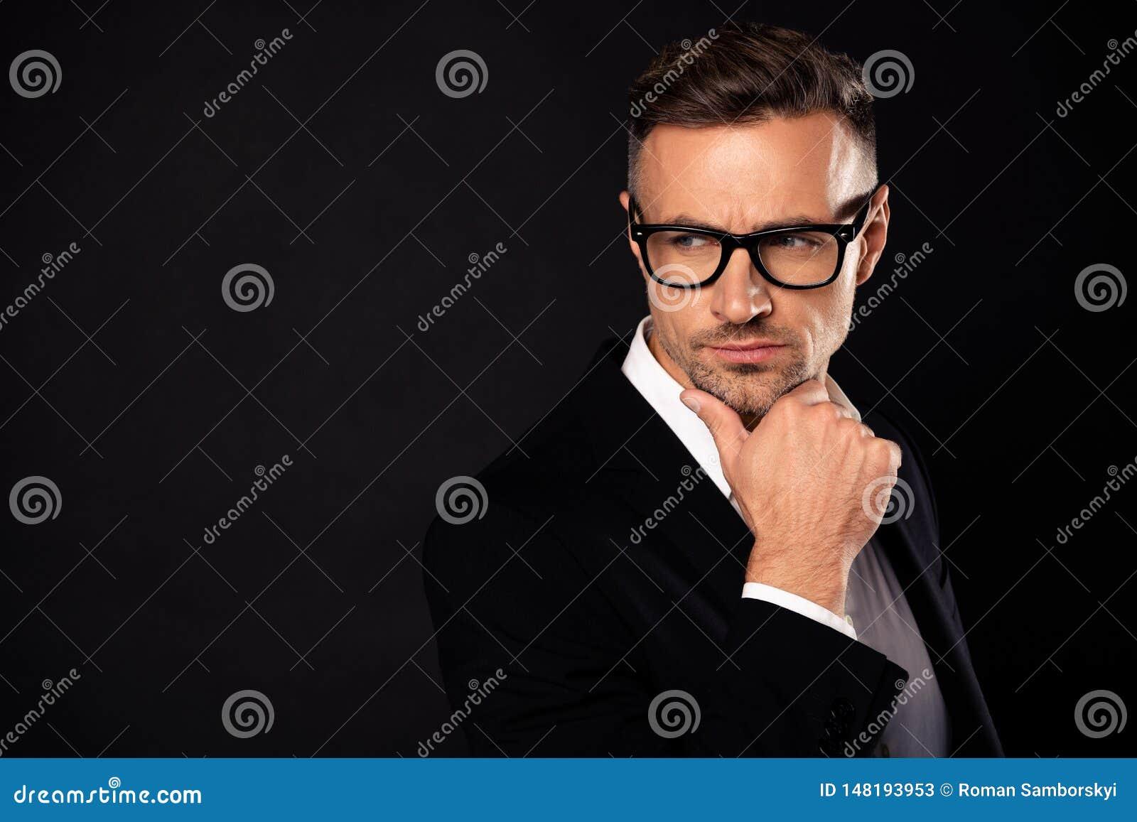Nahaufnahmeporträt von seinem er netter attraktiver zufriedener Führer Eyewear-Verkaufsaussenseiter IT Team Führungsberufswirtsch