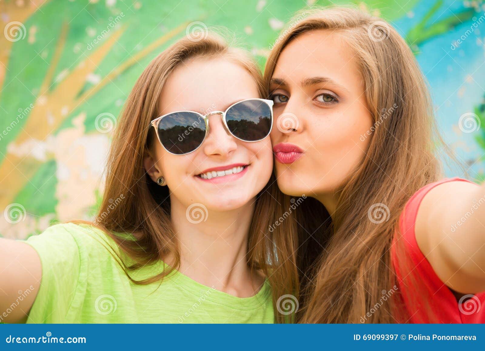 Nahaufnahmeporträt von zwei Jugendlichefreunden in der Hippie-Ausstattung