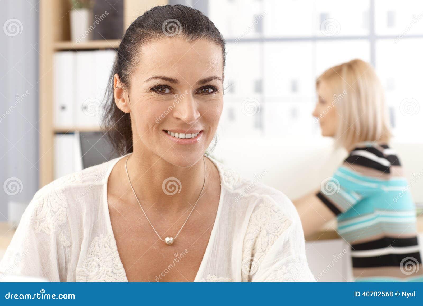 Nahaufnahmeporträt zufälligen glücklichen Bürosekretärs