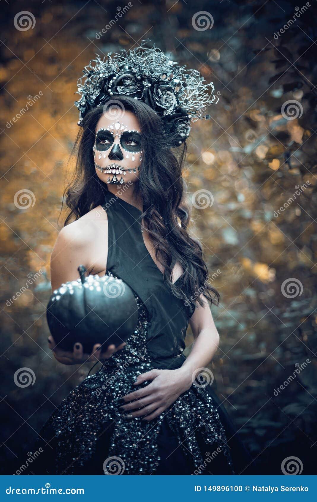 Nahaufnahmeportr?t von Calavera Catrina im schwarzen Kleid Zuckersch?delmake-up Dia De Los Muertos Tag der Toten Halloween