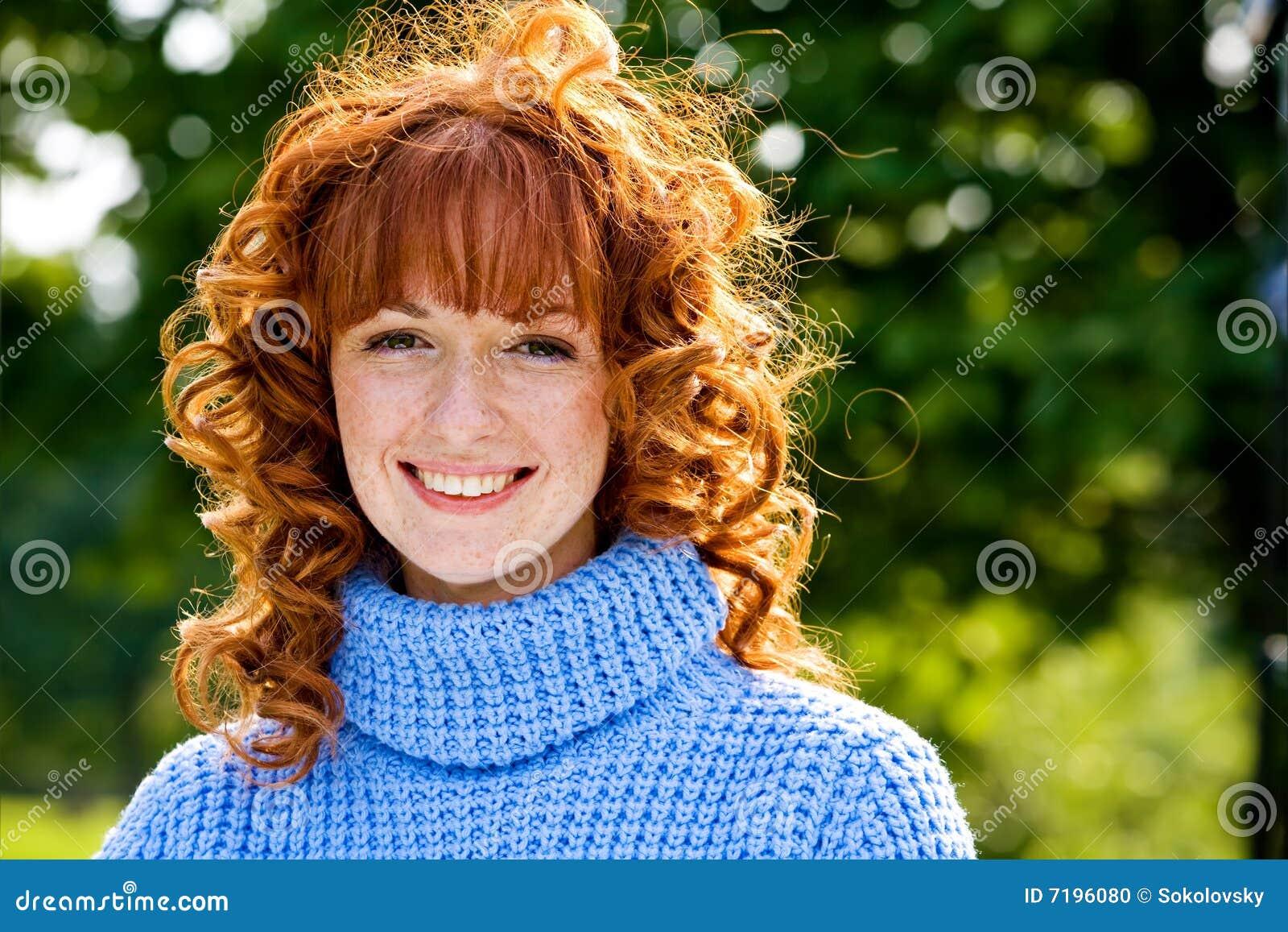 Nahaufnahmeportrait des reizenden Mädchens des Red-head