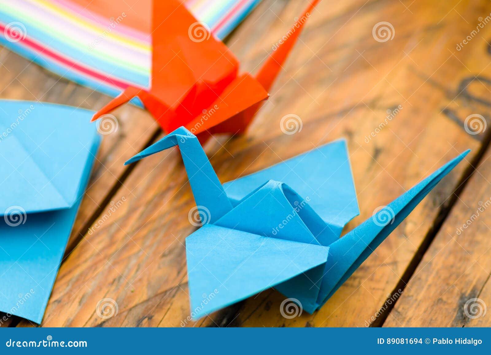 Nahaufnahmeschuß von den bunten Papieren, zum von Origamikunst zu machen