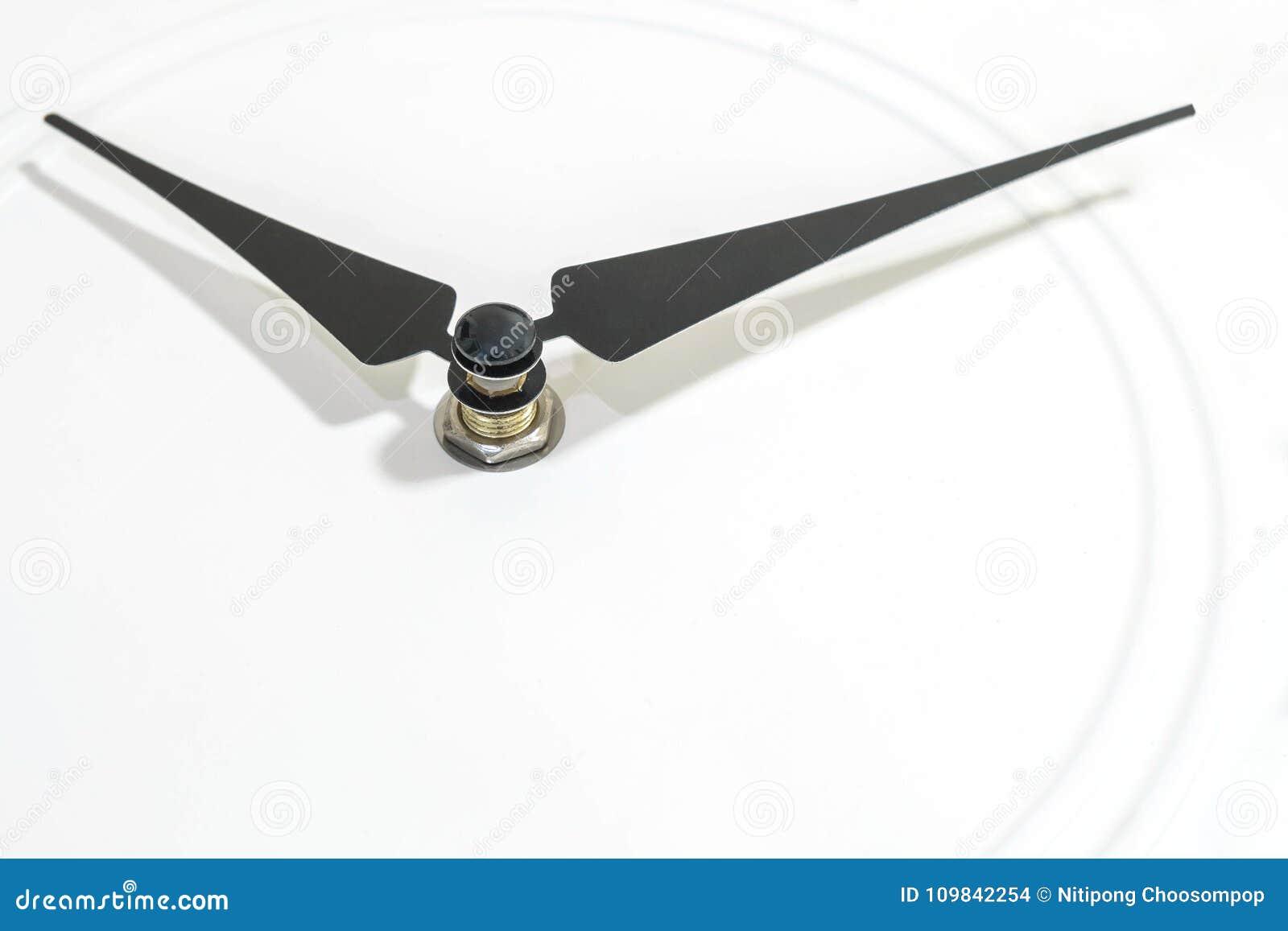 Nahaufnahmeschwarzes nach rechts an der weißen Uhr maserte Hintergrund mit Kopienraum