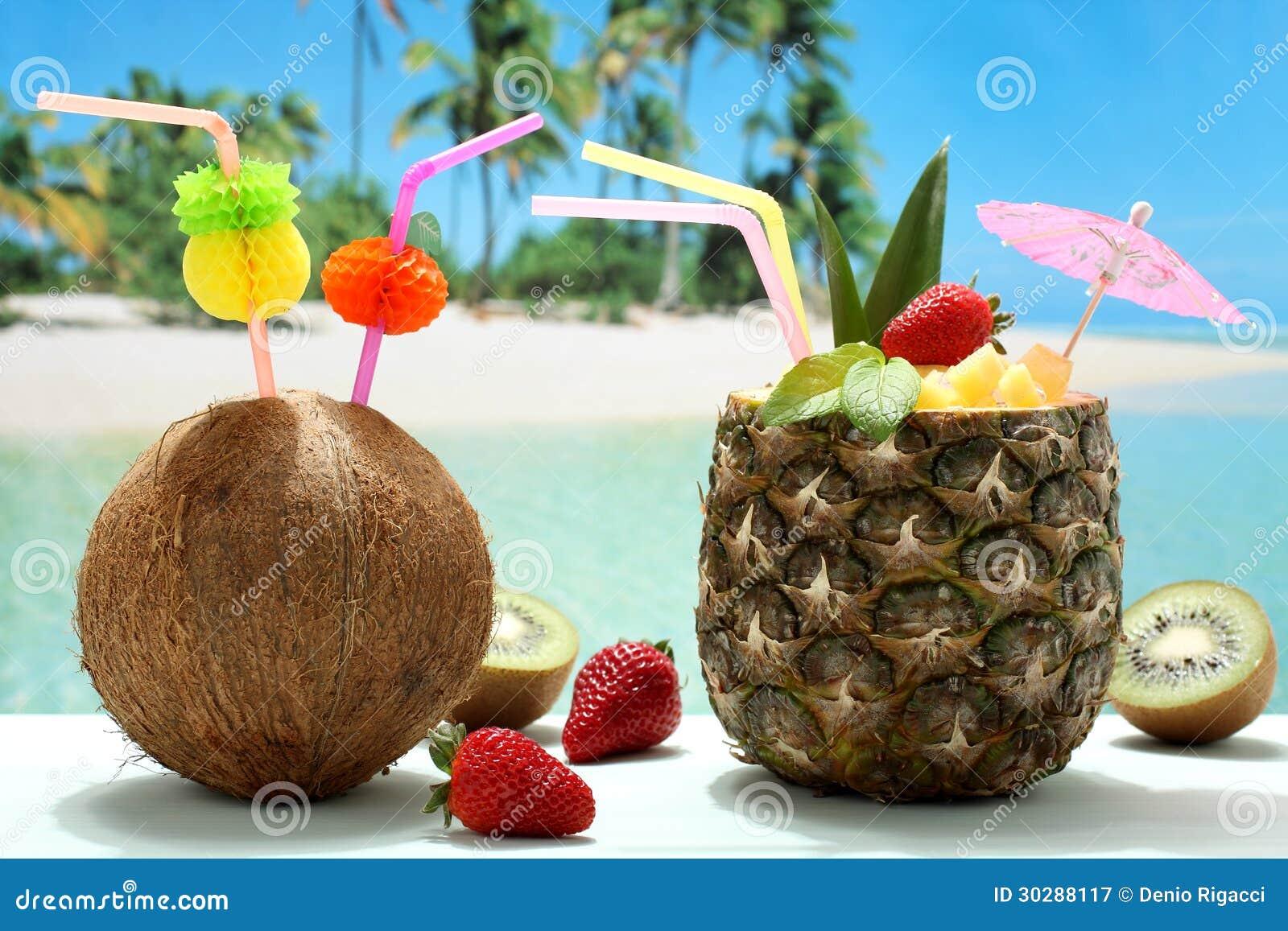 sommercocktails kokosnuss und ananas auf dem strand. Black Bedroom Furniture Sets. Home Design Ideas