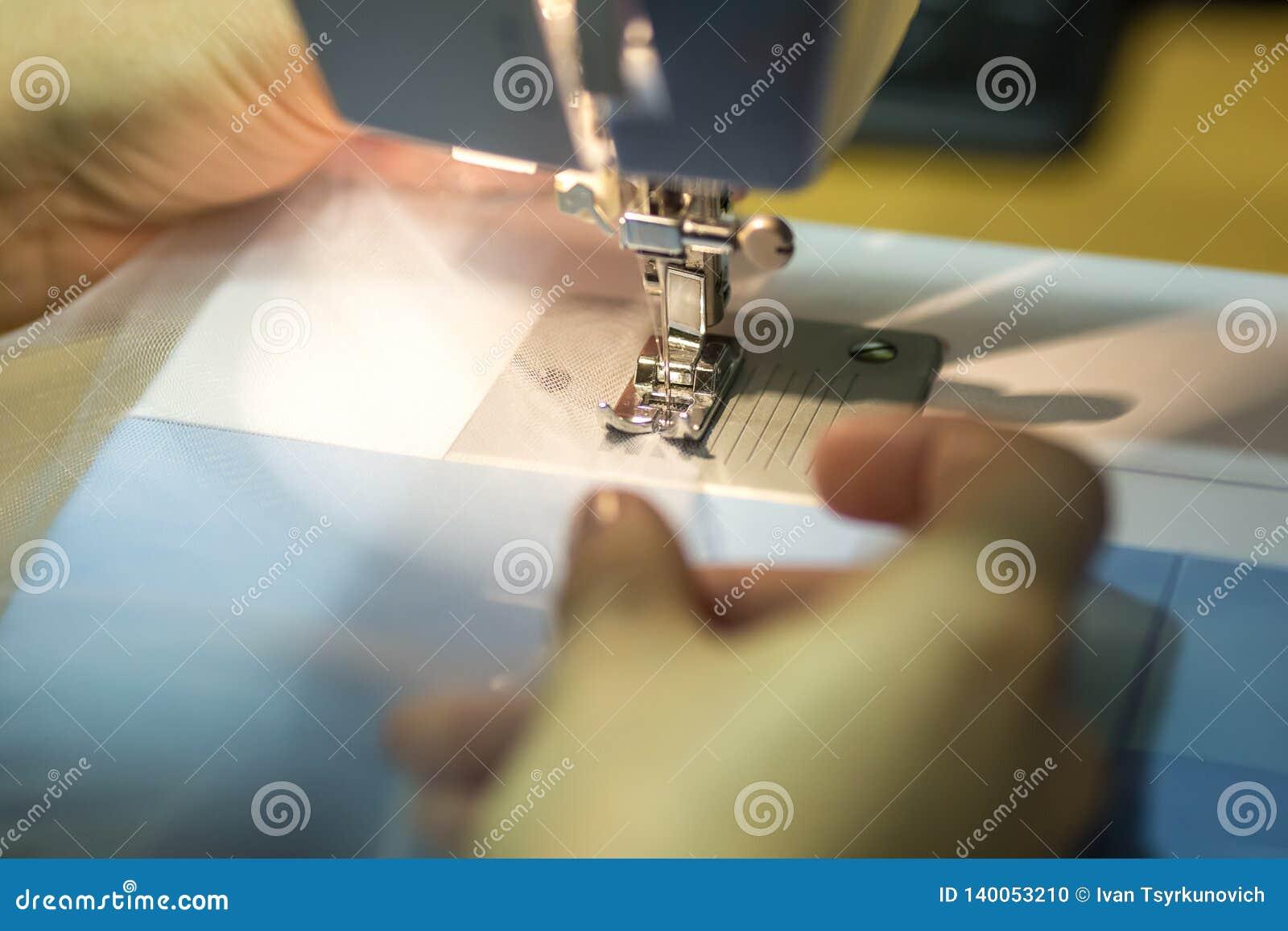 Naher hoher Mechanismus des Nähmaschinefußes mit Nadel und Faden