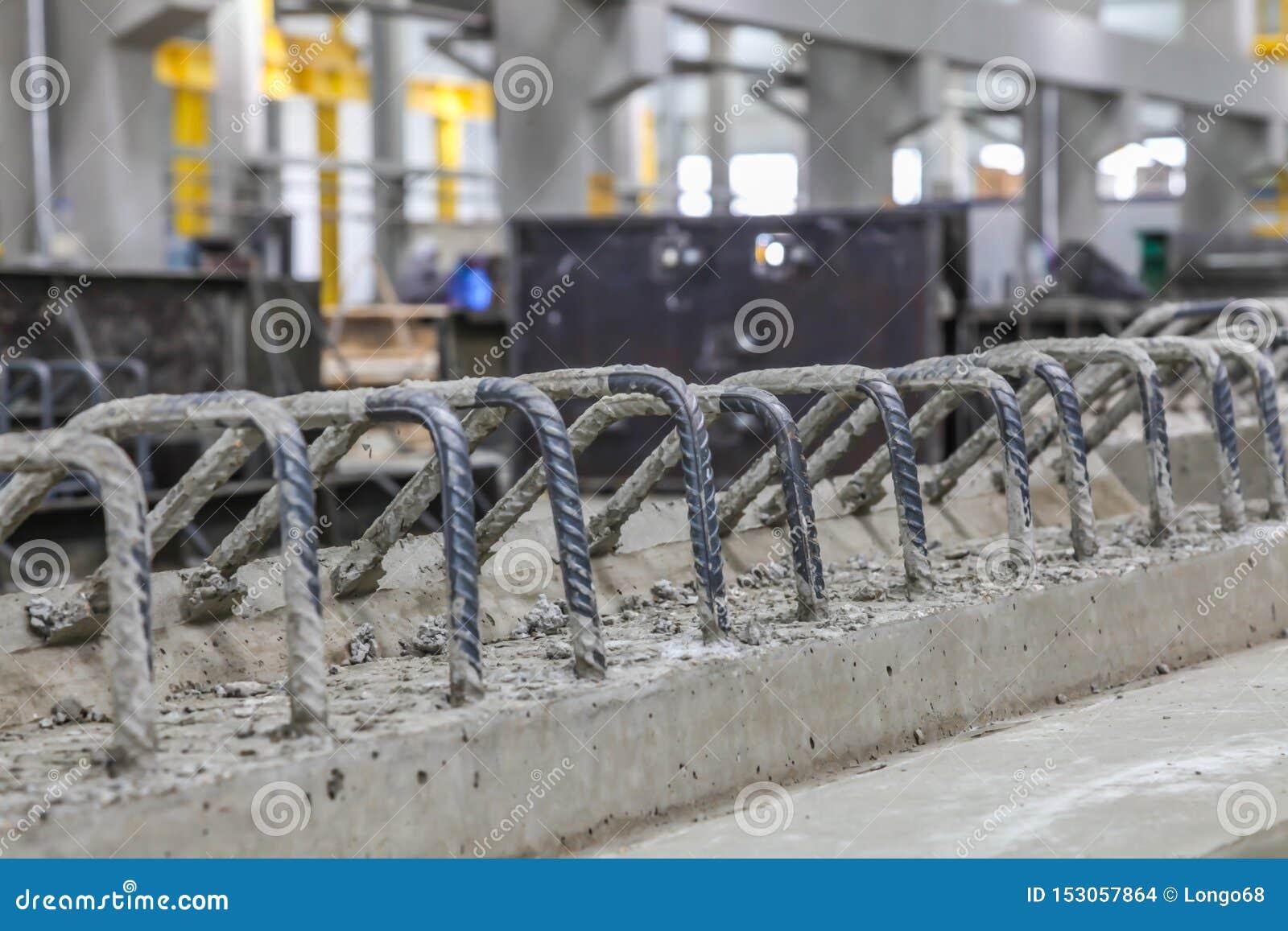 Nahes hohes Bild eines Fertigbetonstrahls mit hervorragender Verstärkung in einer Vorgußproduktionsanlage