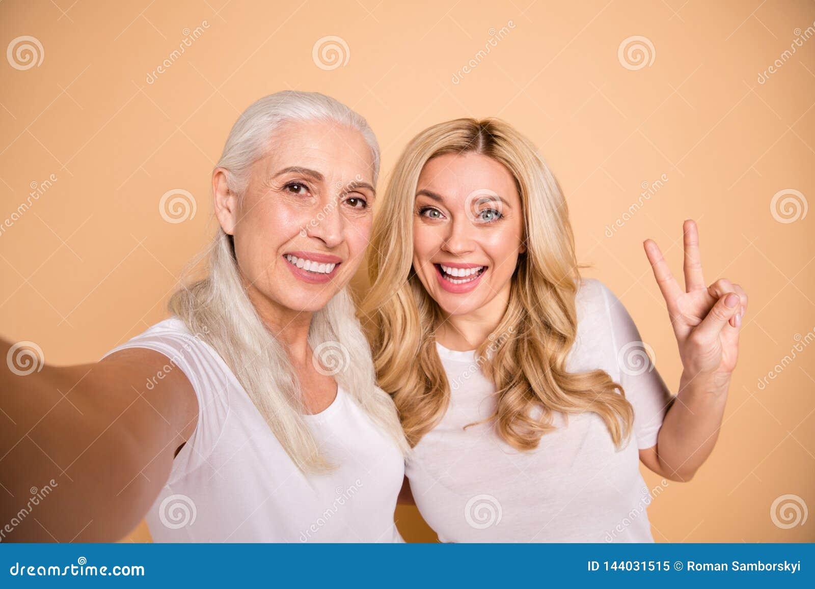 Nahes hohes Foto von reizend attraktiven schönen Erwachsenen, die Damen bloggen, lassen Spaßfreizeit machen v-zu singen, erfüllte
