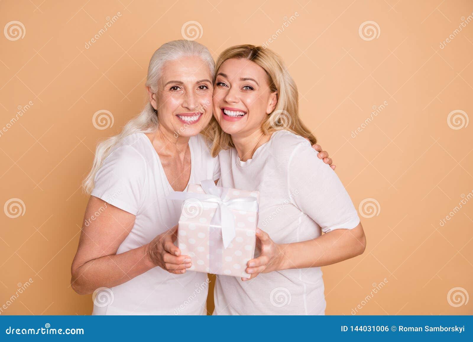 Nahes hohes Foto von reizend netten Erwachsenen glauben, dass froh lassen Jahrestag senden das giftbox, zu erhalten sich freuen S