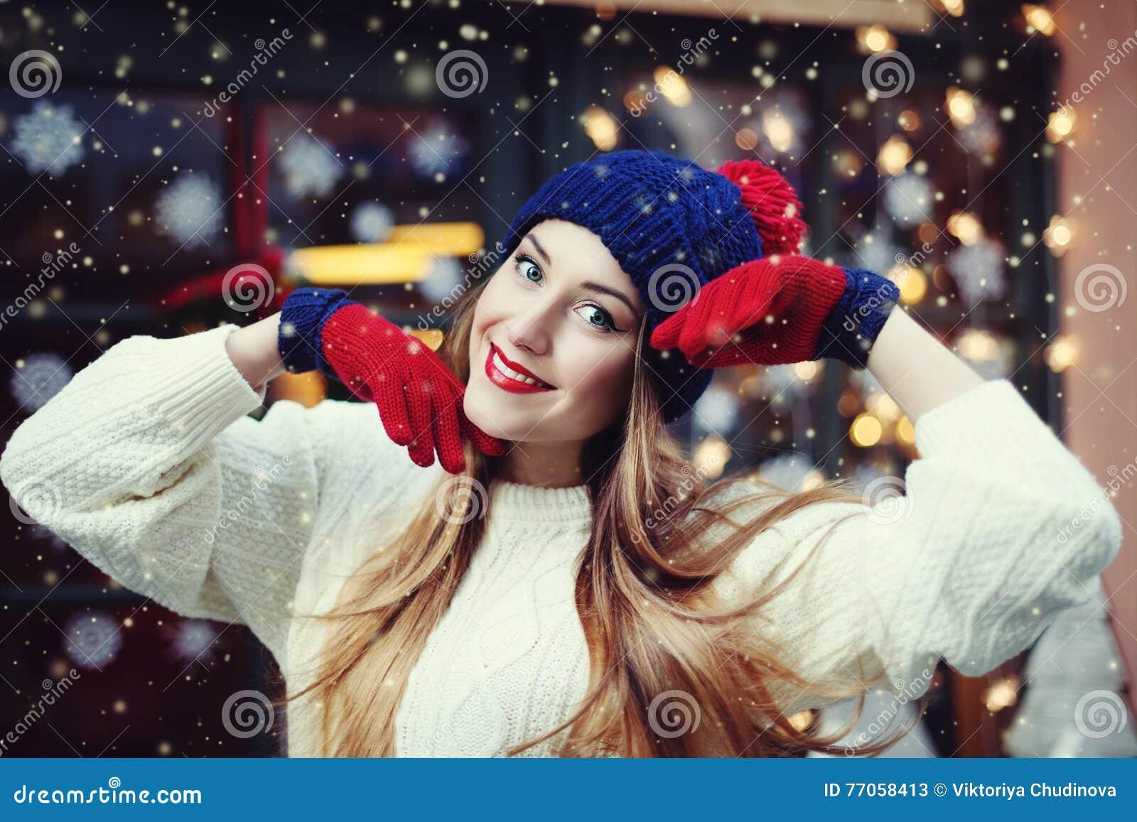 Nahes hohes Porträt der Straße der lächelnden schönen jungen Frau mit einem langen Haar Vorbildliches Looking an der Kamera Damen