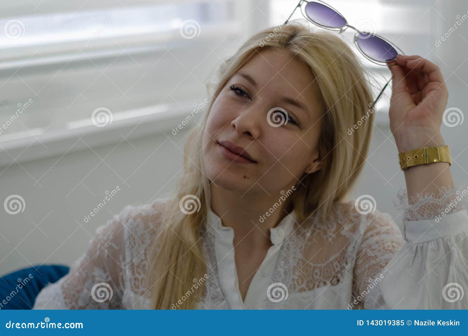 Nahes hohes Porträt des jungen blonden Mädchens