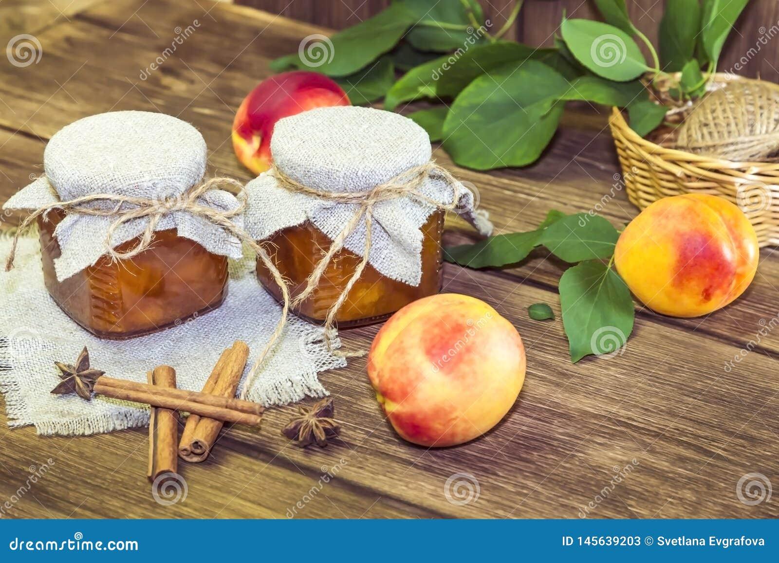Nahrung, Ernte, Dosenfr?chte Selbst gemachter Stau der würzigen Pfirsichmarmelade in einem Glasgefäß frischem reifem Fruchtzimt a