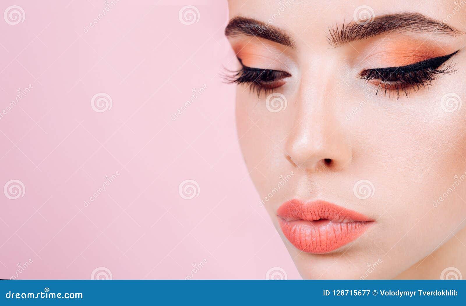 Nailfile καρφιά ομορφιάς που γυαλίζουν το σαλόνι Αναδρομική γυναίκα με τη μόδα makeup girl pin up εκλεκτής ποιότητας γυναίκα με τ