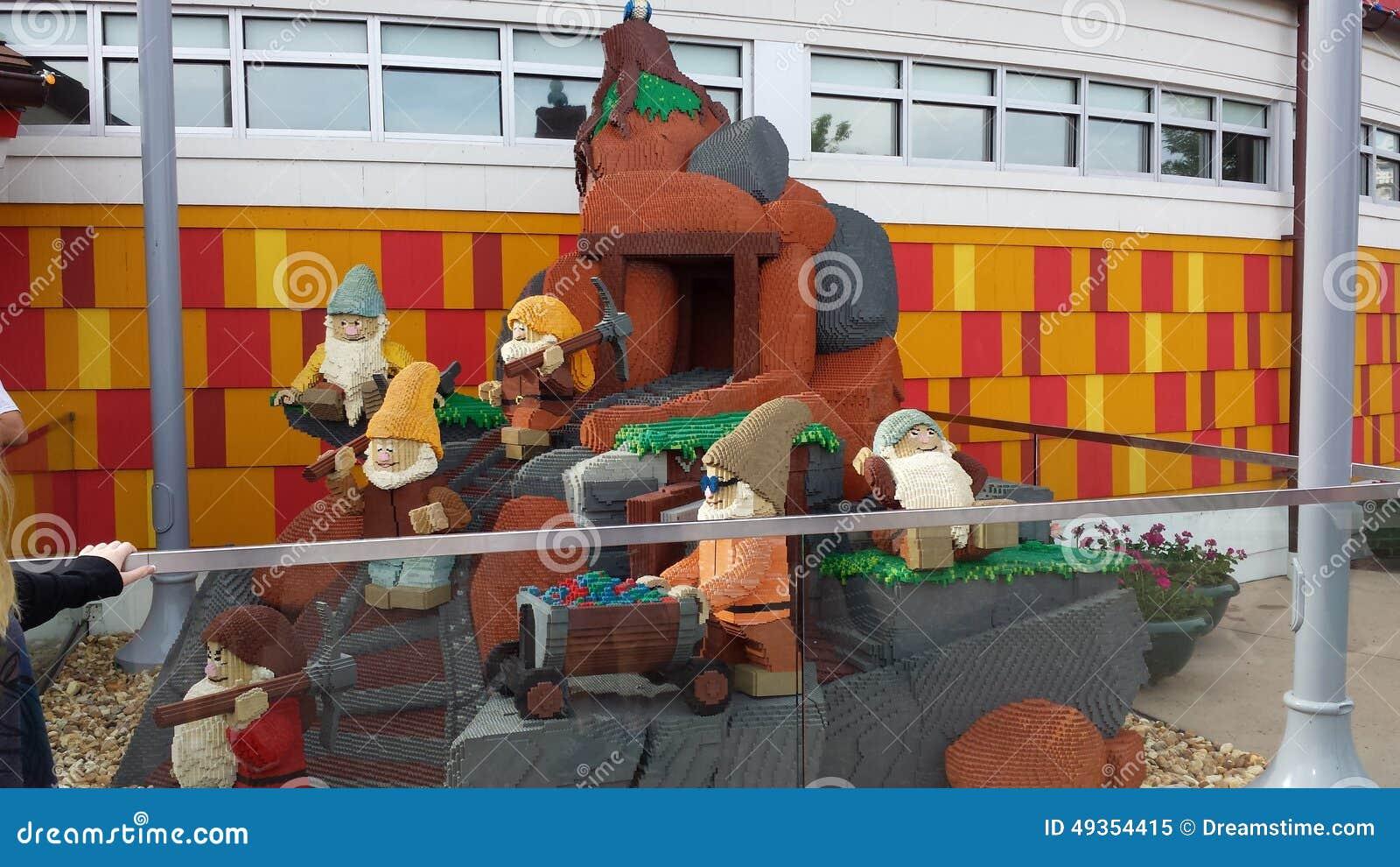 7 nains lego sculpture image ditorial image du nains 49354415. Black Bedroom Furniture Sets. Home Design Ideas