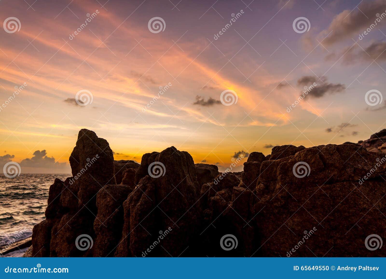 Naissez au-dessus de la mer et des roches sur une île tropicale