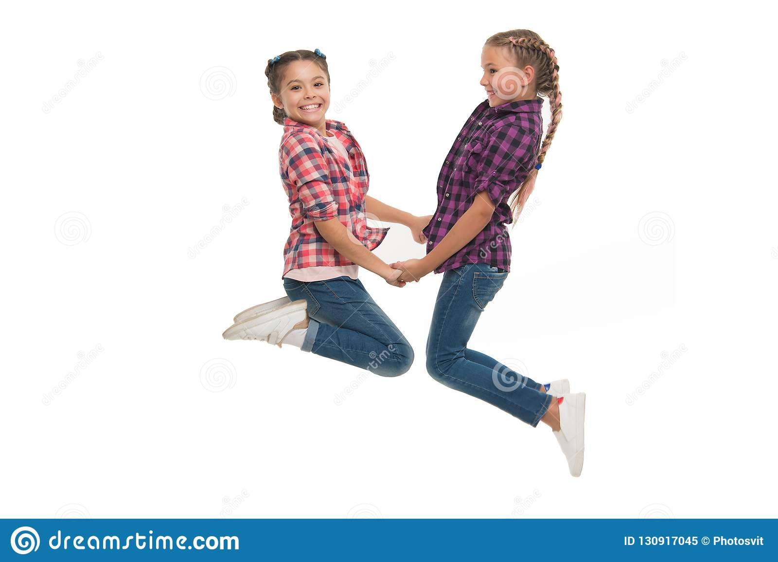 Najlepszego przyjaciela opatrunek Dziewczyna przyjaciół odzieży jednakowi stroje ten sam fryzury kanekalon warkoczy bielu tło sio