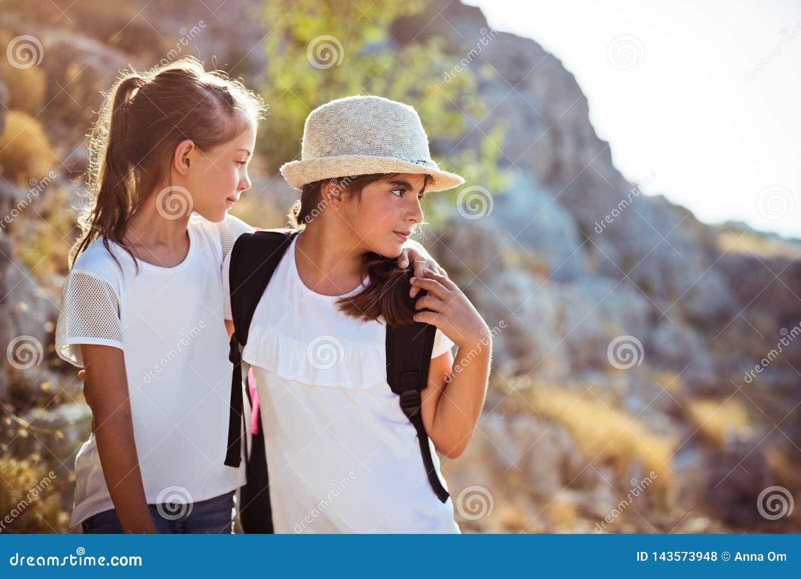 Najlepszy przyjaciele podróżuje wzdłuż gór