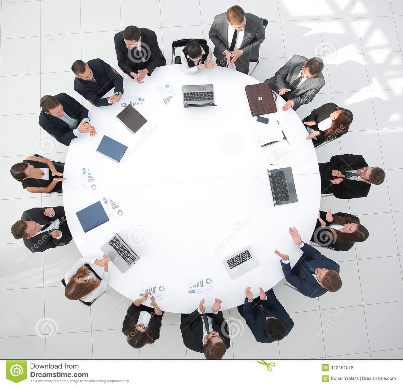 Najlepszy widok spotkanie partnery biznesowi dla okrągłego stołu