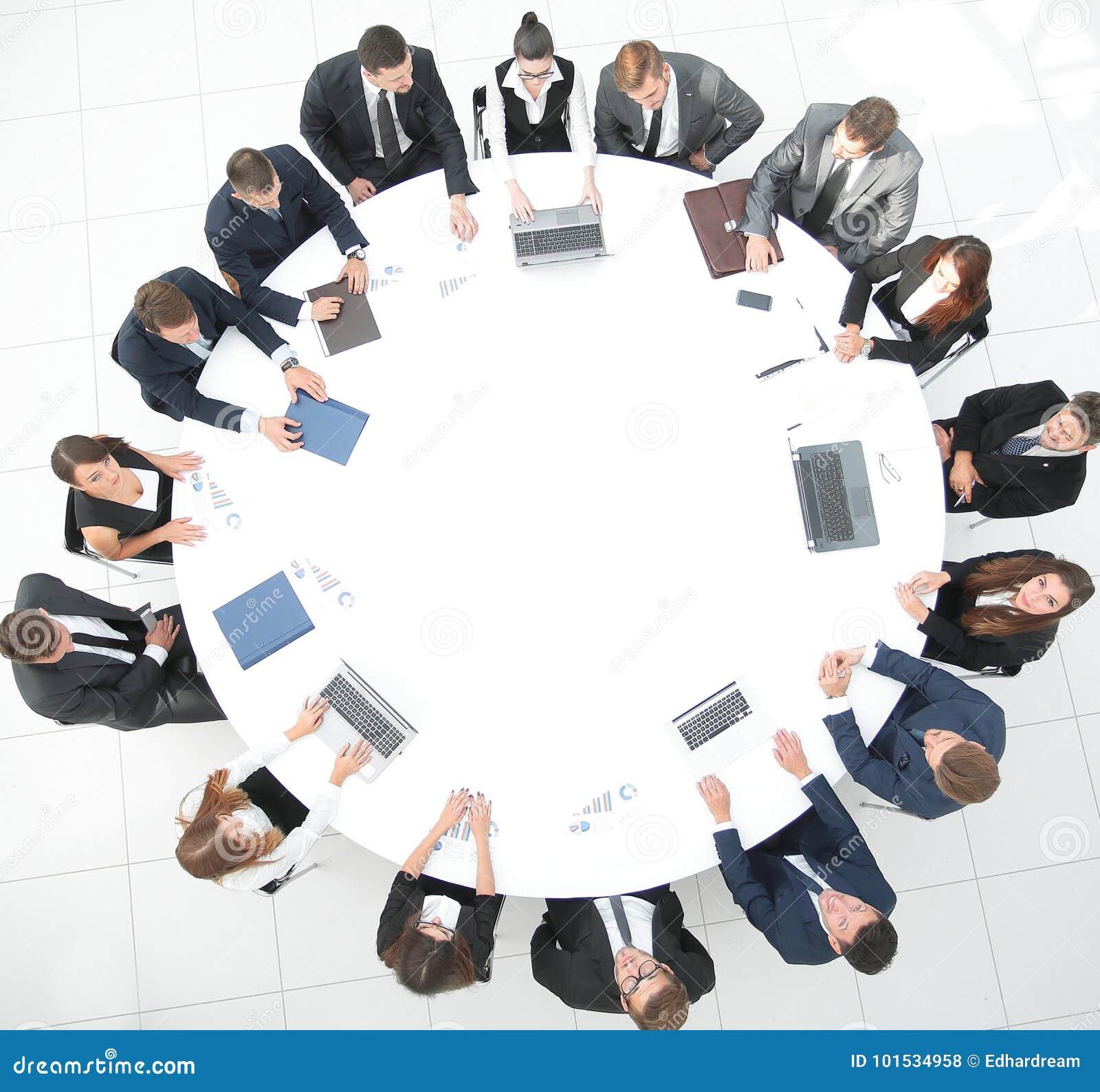 Najlepszy widok spotkanie udziałowowie firma przy okrągłym stołem