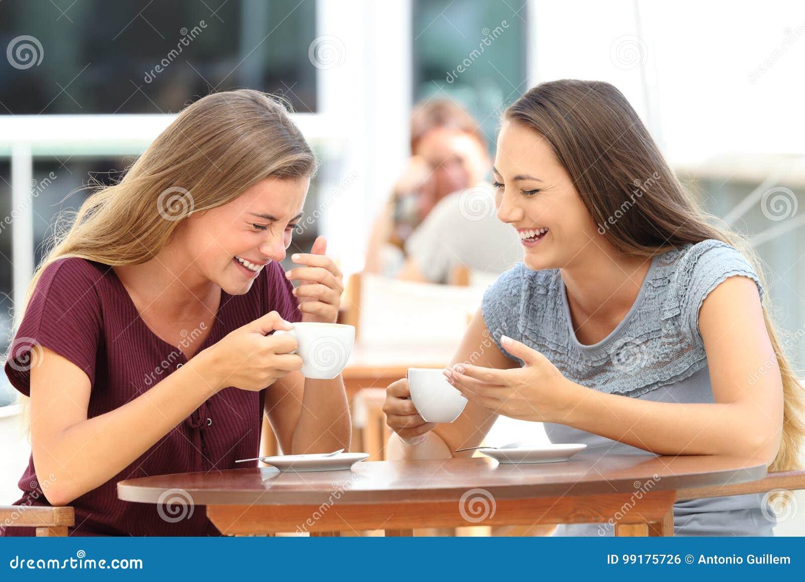 Najlepszych przyjaciół śmiać się głośny podczas rozmowy w barze