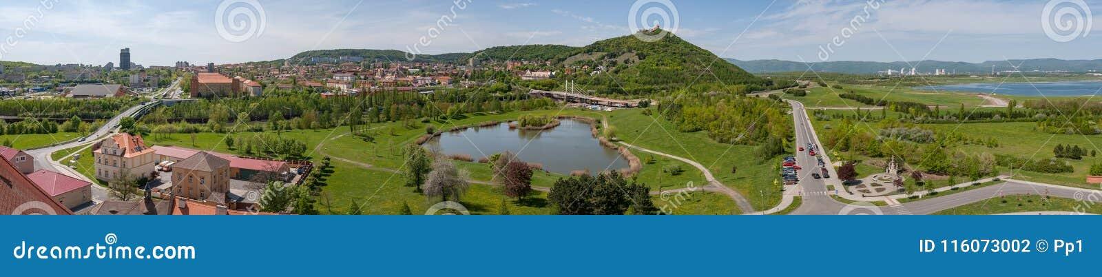 Najwięcej Brux miasta grodzkiej panoramy cmentarnianego kościelnego przedmieścia, recultivated kopalnia węgla teren