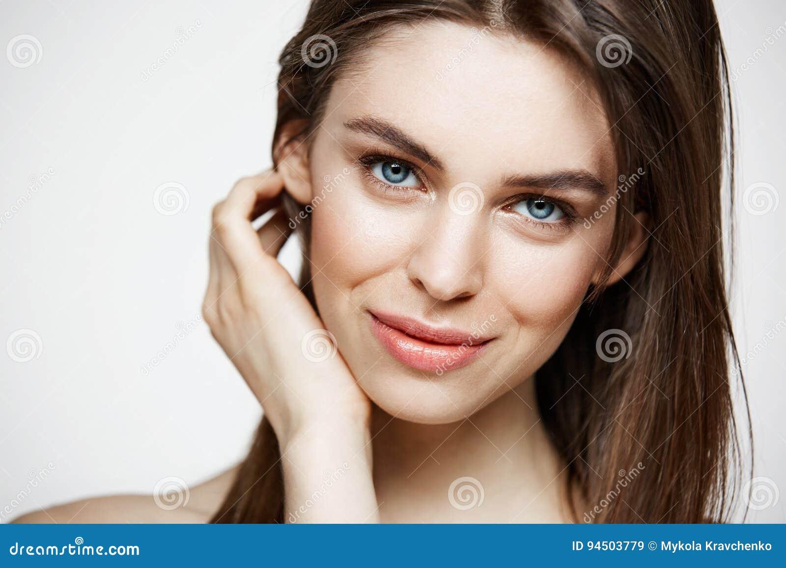 Naken ung härlig flicka med naturligt smink som ler se kameran över vit bakgrund Cosmetology och SPA
