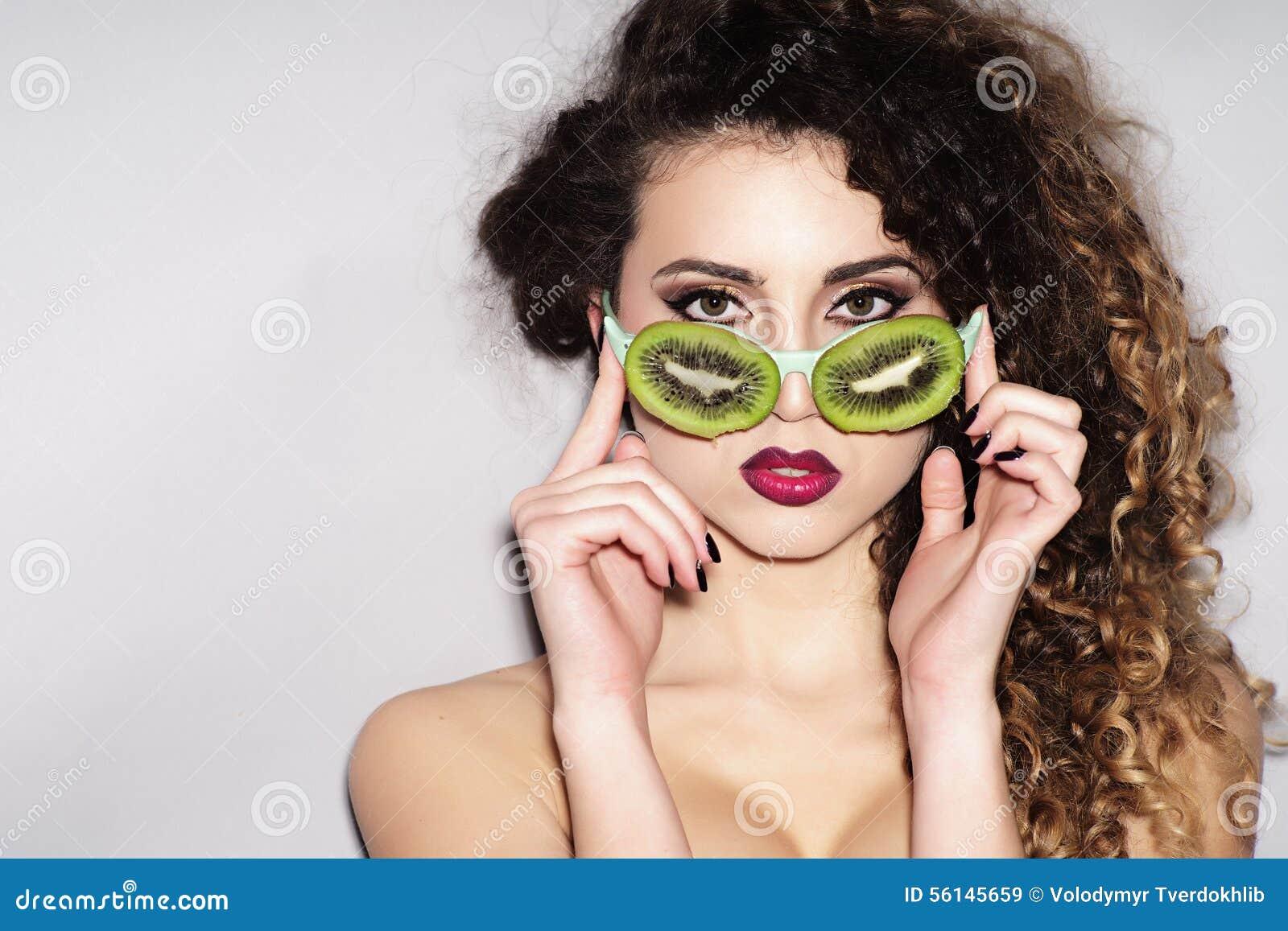 Nakna sexiga kvinnor med glasoegon