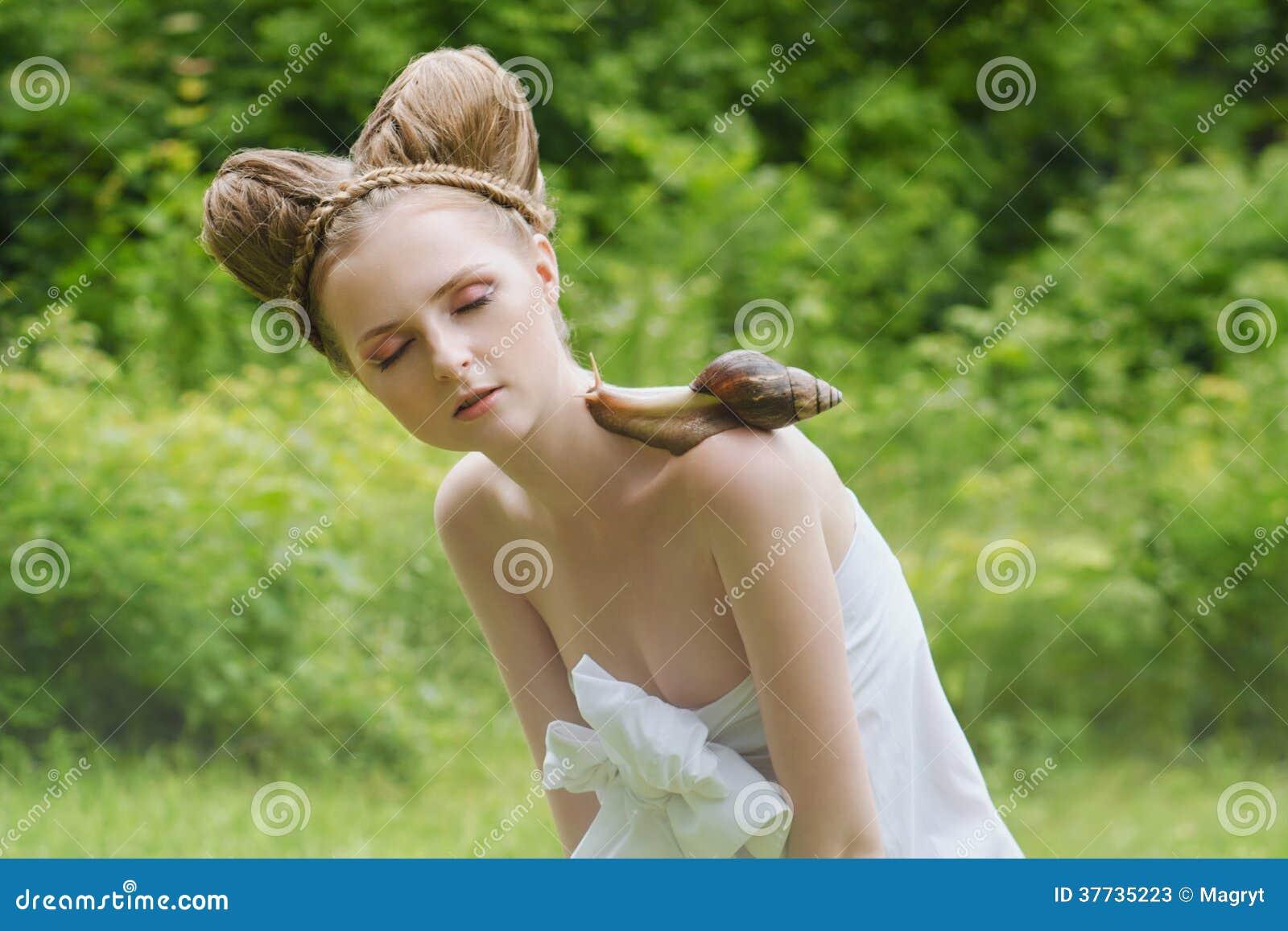 Naken Ung Kvinna Med Modefrisyren Och Den Stora Snigeln