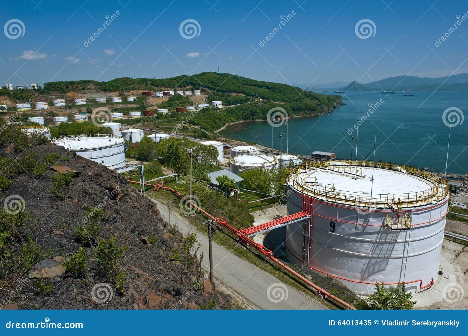 Nakhodka, Extremo Oriente de Rússia - 30 de maio de 2014: Central de petróleo de Rosneft no porto do dia de verão ensolarado de N