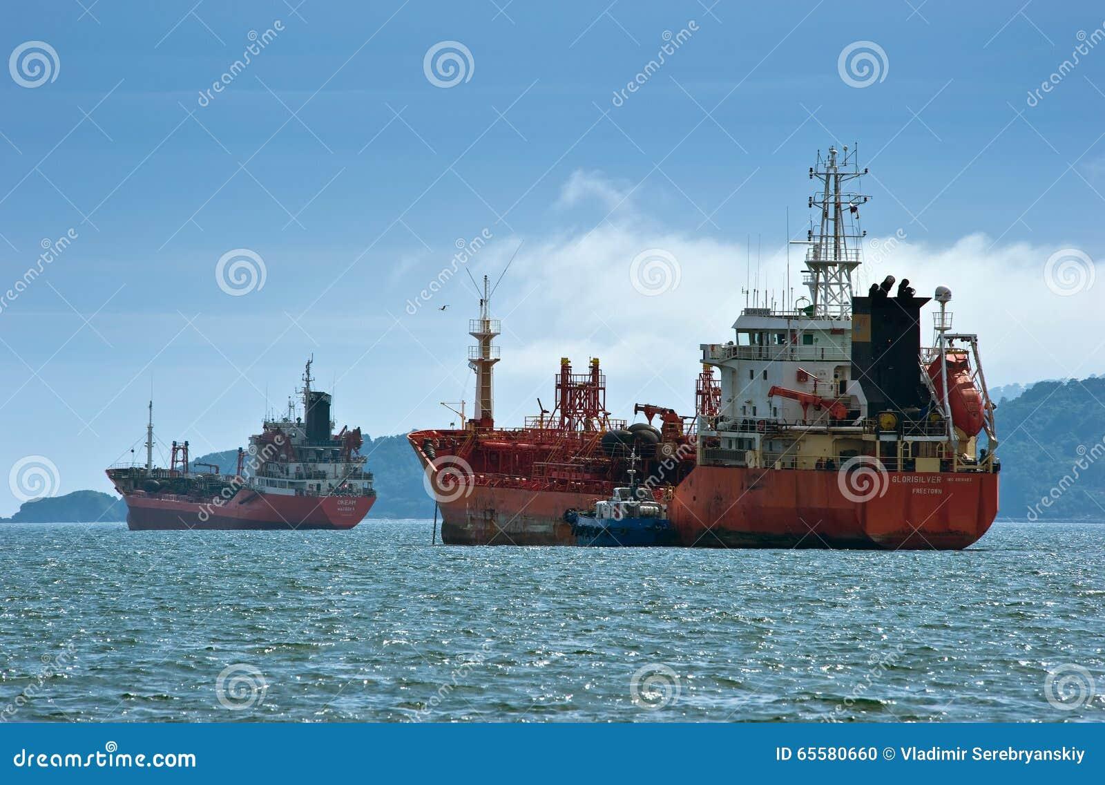 Nakhodka, Rússia - 2 de agosto de 2015: Oceano e Glorisilver dos petroleiros que estão nas estradas