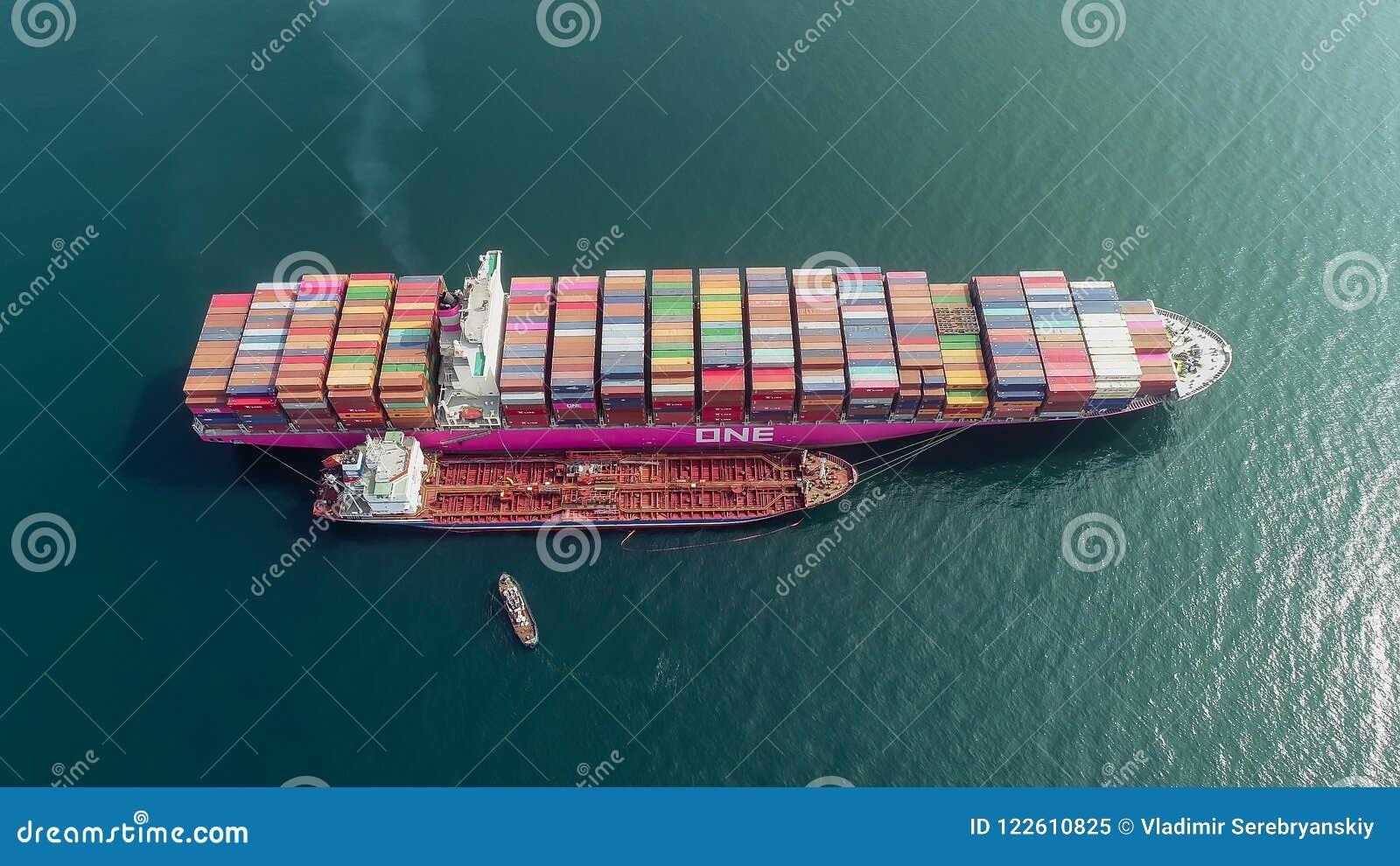 Nakhodka Ryssland - Juli 23, 2018: Bunkra tankfartyget Ostrov Sakhalin en stor kompetens för behållareskepp ETT