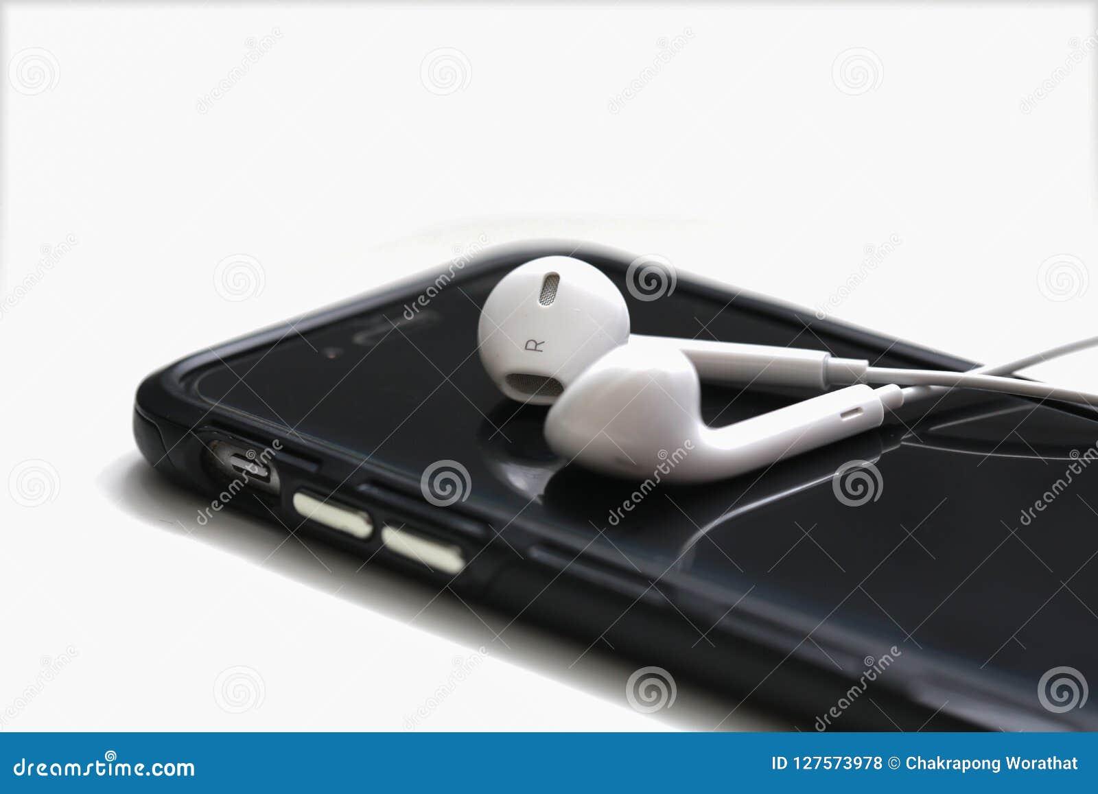NAKHONRATCHASIMA, ΤΑΪΛΑΝΔΗ - 2 ΙΟΥΛΊΟΥ 2018: Smartphone και earpho