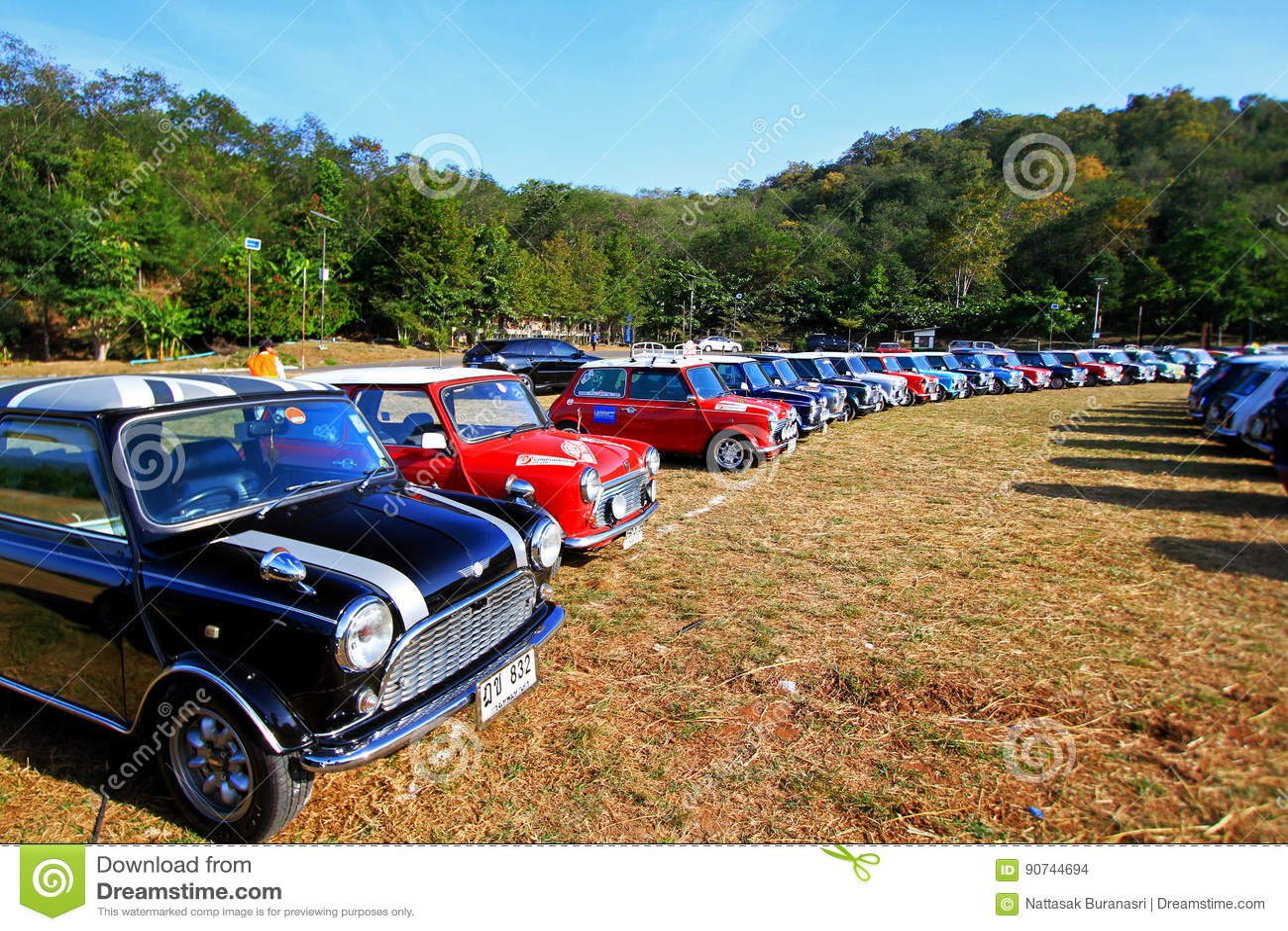 Nakhonratchasima, Ταϊλάνδη - 20 Δεκεμβρίου 2014: Πολλοί κλασικό Ώστιν Mini Cooper στο μίνι φεστιβάλ βουνών της μίνι οικογένειας τ
