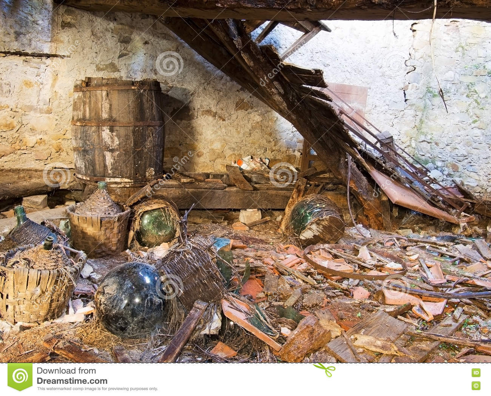Nalatigheid, bouwvallig verlaten bezit, kelder met korfflessen