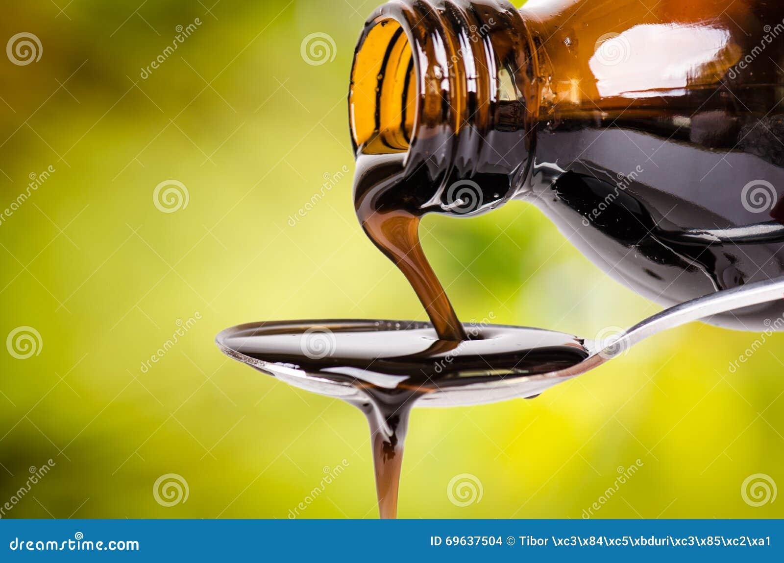 Nalewać ciecz na łyżce zielony środowisk naturalnych Apteka i zdrowy tło Medycyna Kasłanie i zimny lek