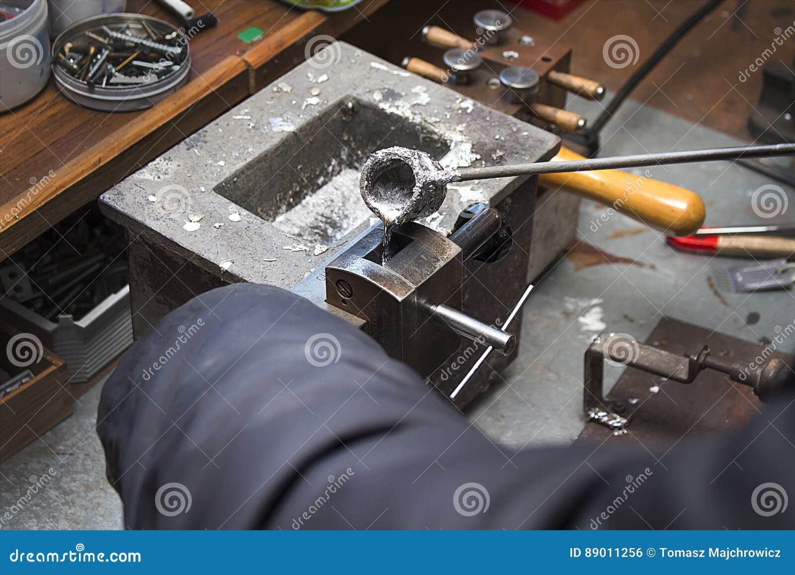 Nalewać stopionego ołowianego aliaż w foremkę Warsztat