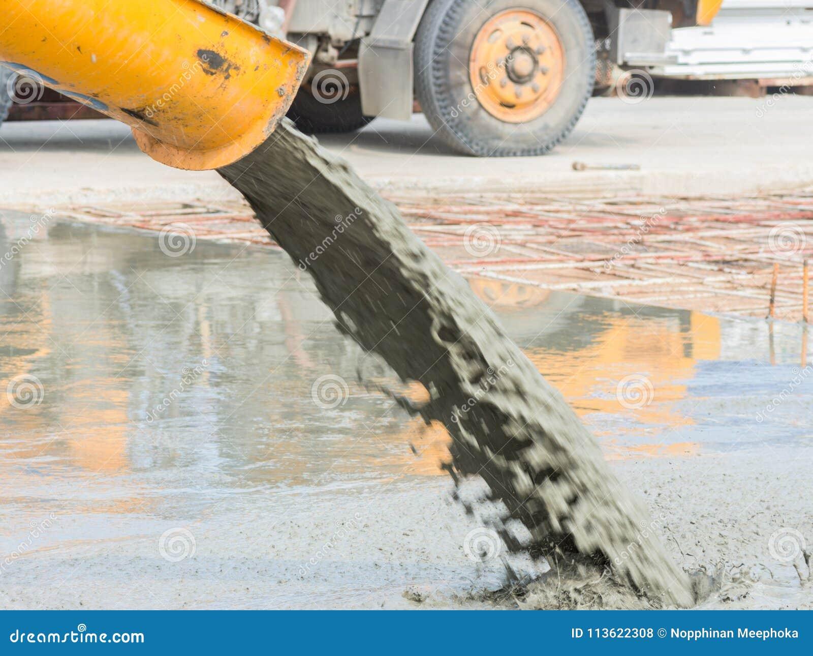 Nalewający mieszającego beton po umieszczać stalowego wzmacnienie robić drodze mieszać wiszącą ozdobę betonowy melanżer
