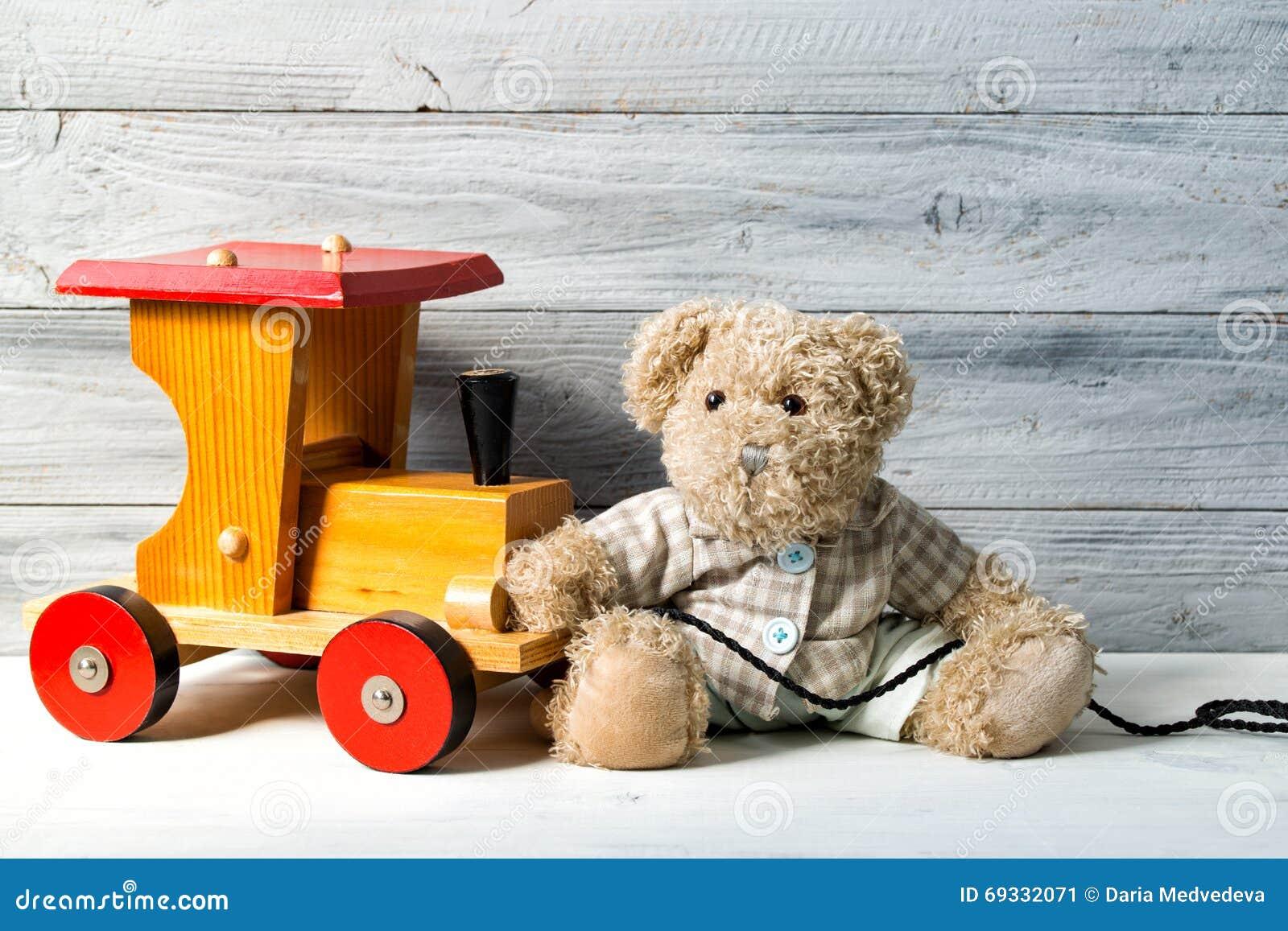Nallebjörn och leksakträdrev, träbakgrund